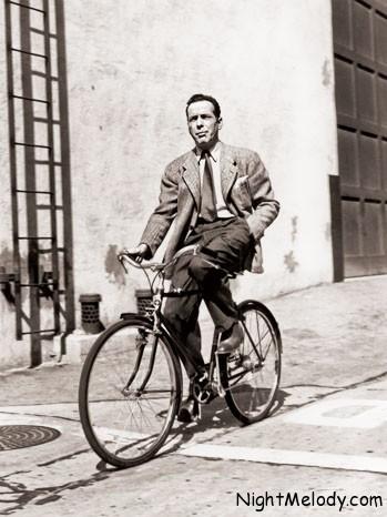 همفری بوگارت، بازیگر افسانهای سینما که در دهه 1940 با فیلمهای «کازابلانکا»، «داشتن و نداشتن» و «خواب بزرگ» چشمها را به خود خیره کرده بود، با دوچرخه در محل کار حضور پیدا میکرد.