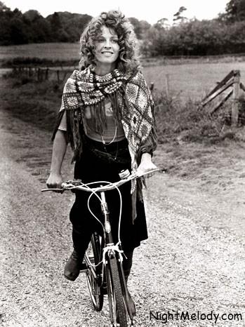 جولی کریستی که با فیلم «دارلینگ» برنده اسکار بازیگری شد، سال 1970 زمانیکه در فیلم «واسطه» جوزف لوزی بازی میکرد، با دوچرخه در لوکیشن ییلاقی فیلم گشت و گذار میکرد.