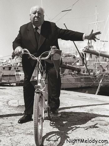 آلفرد هیچکاک، سلطان دلهره سال 1972 در جریان جشنواره فیلم کن با دوچرخه سیروسیاحت میکرد. او در این سال فیلم «جنون» را روی پرده داشت.