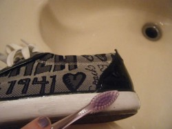 تمیز کردن کفشهای کثیف با خمیر دندان