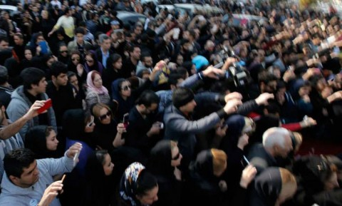 عکس های هنرمندان مقابل بیمارستان بهمن به یاد مرتضی پاشایی
