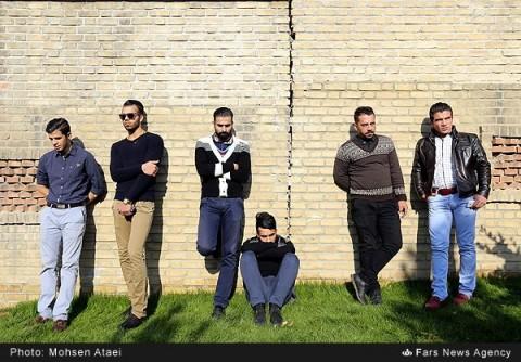 حضور هنرمندان و علاقهمندان به موسیقی در مقابل بیمارستان بهمن