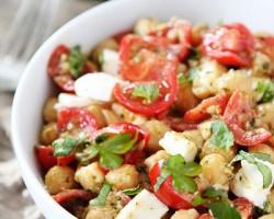 طرز تهیه سالاد نخود و گوجه فرنگی