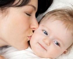 مزایای بوسیدن کودک