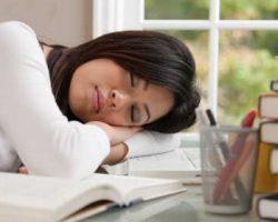 چرا موقع مطالعه خوابمان می گیرد؟