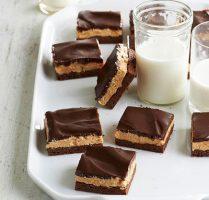 طرز تهیه کیک شکلاتی مغزدار بدون فر
