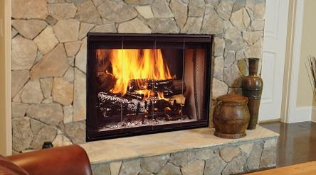 شومینه های چوب سوز به رومانتیک بودن و لطافت محیط می افزایند، اما در کنار هدر رفت انرژی معمول در تمام آنها دچار عیب استفاده از چوب به عنوان سوخت نیز هستند. به طور کلی این نوع وسیله ی گرمایشی تنها ۱۵ درصد از انرژی چوب را به گرمایش تبدیل می کند و بقیه یا هدر می رود یا باعث آلودگی محیط زیست می شود.