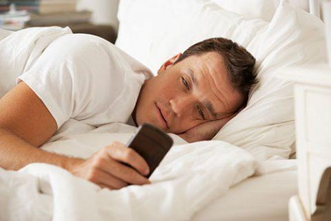 این روزها تلفن همراه پاره تن بسیاری از ماست. عضوی که نه تنها جداشدنی بلکه دور شدنی هم نیست.  وسیله ای کوچک که تمام جنبه های زندگی ما را در بر می گیرد. تحقیقات نشان می دهد که حدود ۸۷ درصد از جمعیت کل جهان از این وسیله ارتباطی استفاده می کنند. این وسیله ارتباطی این روزها ناقل بیماری خطرناکی است.  «موبوفوبیا» (Mobophobia) به معنای بروز استرس و اضطراب شدید به هنگام نداشتن آنتن، قطع تماس، قطع ارتباط با اینترنت، تمام شدن شارژ باتری و از همه بدتر جا گذاشتن یا گم کردن تلفن همراه است.  همچنین از این بیماری با نام «نوموفوبیا» (nomophobia) یا (No-Mobile-Phone phobia) به معنای «ترس نبود تلفن همراه» یاد می شود.