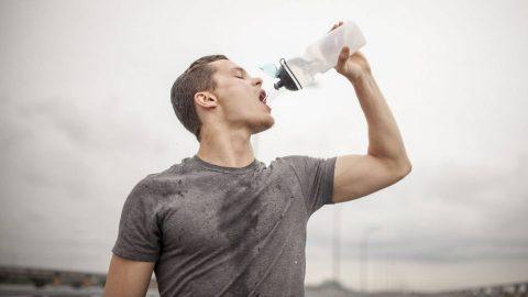 آیا نوشیدن آب تاثیری بر کاهش وزن دارد؟