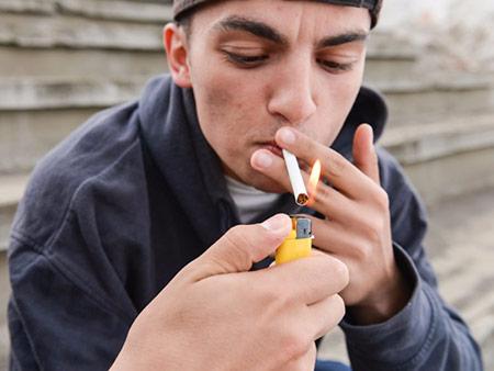 راهکارهای برخورد با یک نوجوان سیگاری