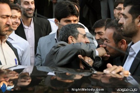 بوسیدن دست احمدی نژاد