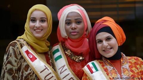 سمانه زند در کنار سایر رقیبان در فینال دختر شایسته جهان اسلام